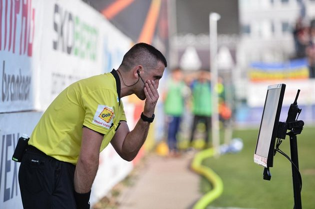 Hlavní rozhodčí Martin Nenadál studuje videozáznam před penaltou Sparty v Mladé Boleslavi.