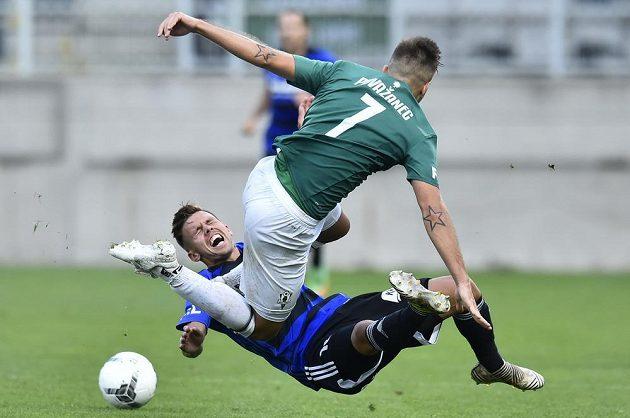 Jakub Nečas z Bohemians a nahoře Jakub Považanec z Jablonce v ostrém souboji během utkání nejvyšší soutěže.