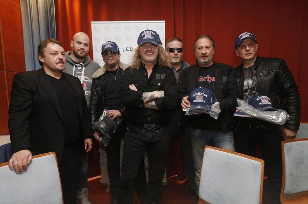 Na snímku (zleva) prezident ČSLH Tomáš Král, hokejista Radek Smoleňák a členové skupiny Kabát, kteří představili novou píseň Brousíme nože.