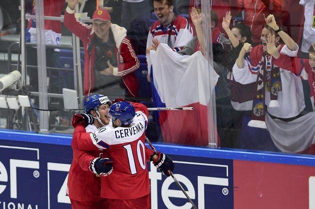 David Pastrňák (vlevo) a Roman Červenka z ČR se radují z gólu.