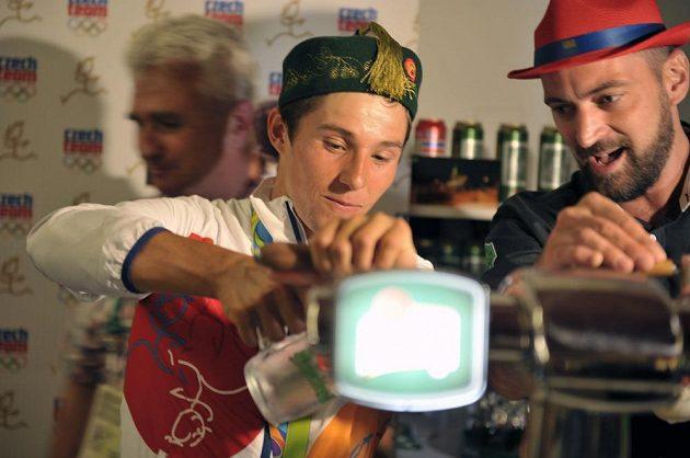 Kajakář Jiří Prskavec po zisku bronzové medaile točil pivo v Českém domě.