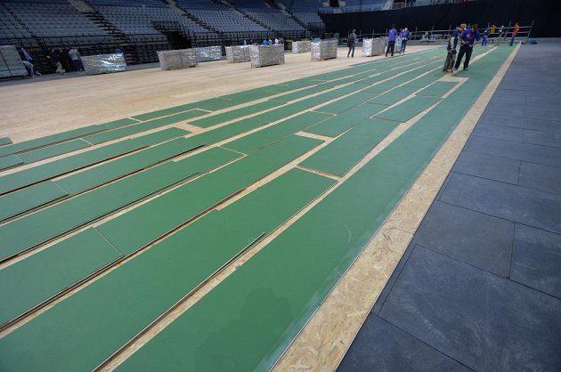 Pokládání povrchu na kurt pro finále Fed Cupu v Praze