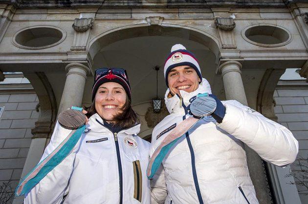 Bronzová snowboardkrosařka Eva Samková a stříbrný biatlonista Michal Krčmář před vrchlabským zámkem.