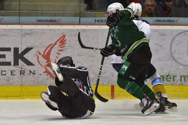 V barážovém utkání mezi HC Energie Karlovy Vary a kladenskými Rytíři v jednu chvíli pobavil škodolibé fanoušky pád rozhodčího.