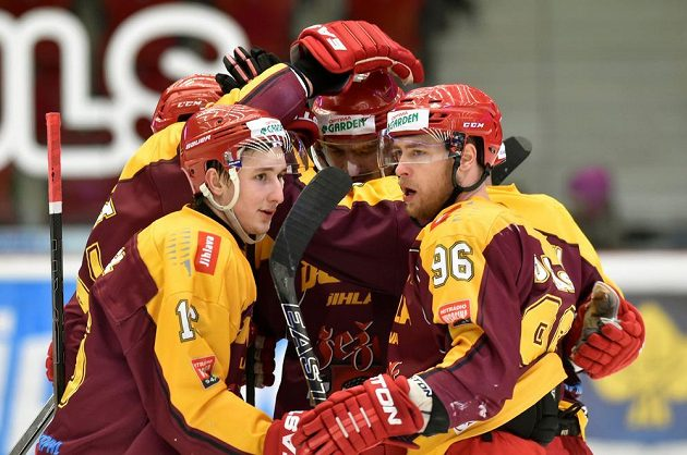 Jihlavští hokejisté se radují z druhého gólu na ledě Karlových Varů.