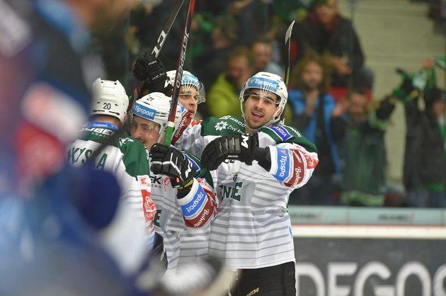 Hráči Karlových Varů se radují z gólu.