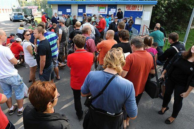 Před pokladnami čekaly v Plzni davy lidí.