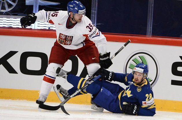 Obránce Jan Hejda (vlevo) ve vítězném souboji s Dickem Axelssonem ze Švédska.