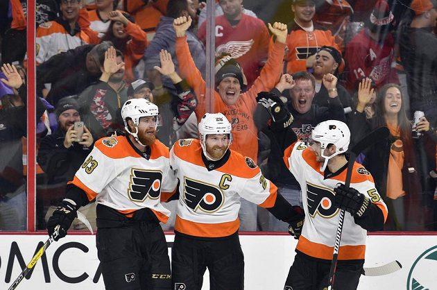 Jakub Voráček (vlevo) oslavuje vítězný gól proti Detroitu, na snímku jsou dále Claude Giroux (uprostřed) a Shayne Gostisbehere.