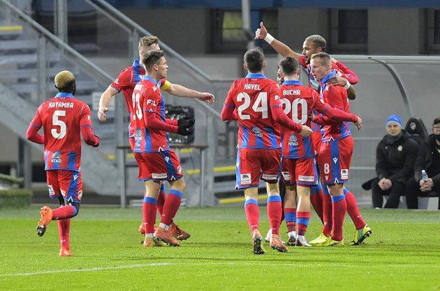 Hráči Plzně se radují z gólu, který sudí neuznal kvůli ofsajdu.