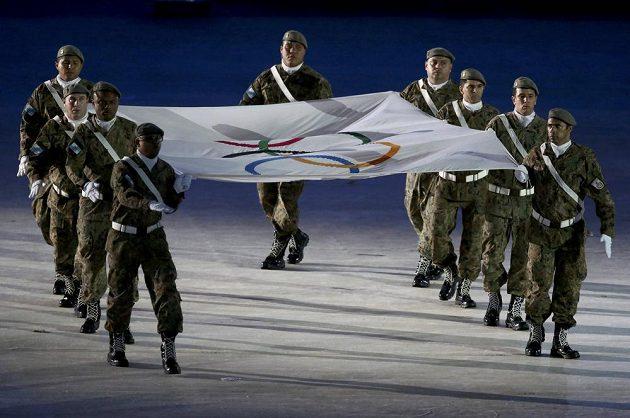 Olympijskou vlajku odnesla vojenská jednotka.