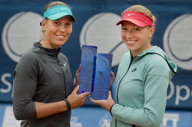 Tenistky Lucie Hradecká (vlevo) a Michaella Krajiceková s cenami pro vítězky čtyřhry.