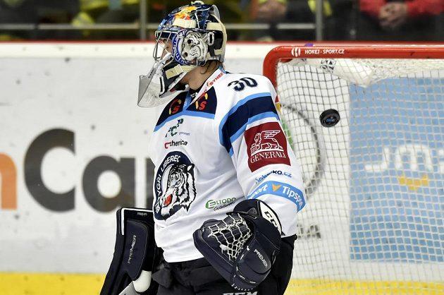 Liberecký brankář Aleš Stezka inkasuje gól.