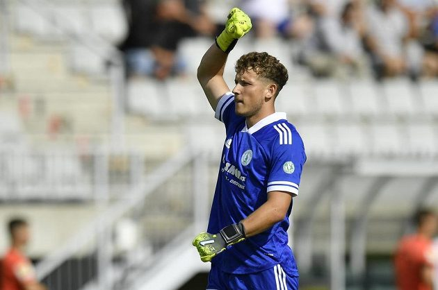 Brankář Bohemians Hugo Jan Bačkovský se raduje z úvodního gólu svého týmu.