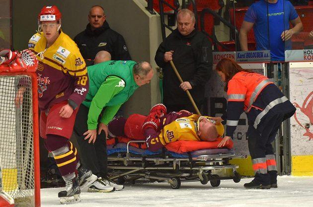 Zraněného Vlastimila Bilčíka z Jihlavy odvezli zdravotníci z hrací plochy v Karlových Varech na nosítkách.
