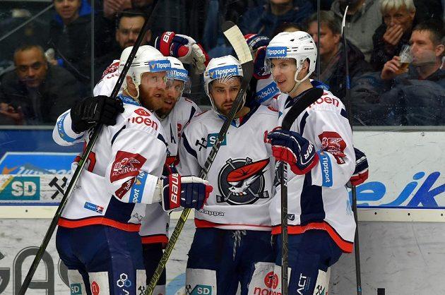 Chomutovští hokejisté se radují z prvního gólu, který dal Petr Koblasa (druhý zprava).