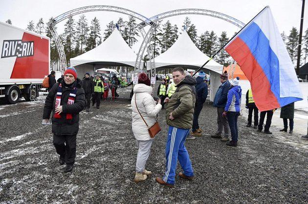 Fanoušci opouštějí areál v Kontiolahti před sprintem mužů.