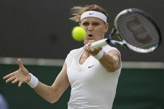 Česká tenistka Lucie Šafářová returnuje v utkání s Američankou Sloane Stephensovou ve třetím kole Wimbledonu.