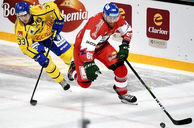Švédský hokejista Michael Lindqvist v akci spolu s českým reprezentantem Vojtěchem Mozíkem během utkání Karjala Cupu.