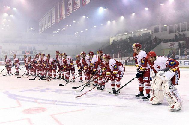 Hokejisté Slavie Praha děkují fanouškům na stadiónu v Edenu po výhře nad Kometou Brno.