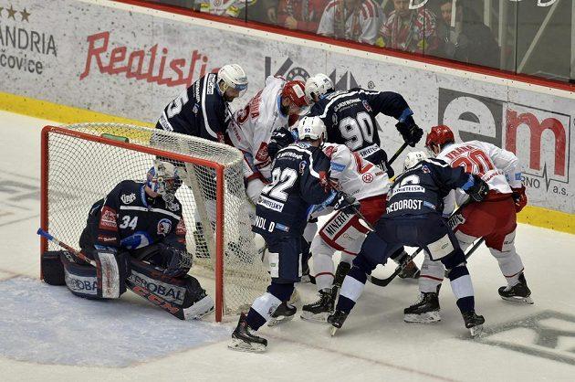 Hráči obou týmů bojují o puk za brankou plzeňského gólmana Dominika Frodla.