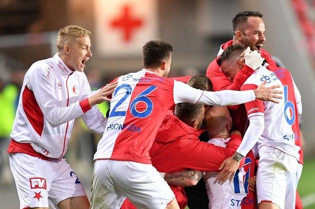Miroslav Stoch (17) v klubku spoluhráčů poté, co dal druhý gól Slavie proti Mladé Boleslavi.