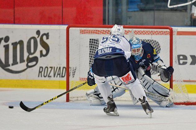 Plzeňský hokejista Mário Bližňák zakončuje proti brankáři Liberce Jánu Lašákovi.