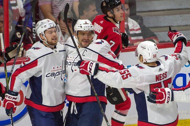Alex Ovečkin (8) se raduje se spoluhráči z Washingtonu z gólu proti Ottawě.