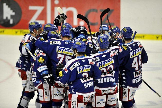 Hokejisté Komety se radují z vítězství ve Zlíně.
