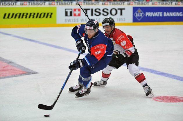 Liberecký obránce Adam Jánošík a útočník Ryan Lasch z Frölundy bojují během osmifinále hokejové Ligy mistrů.