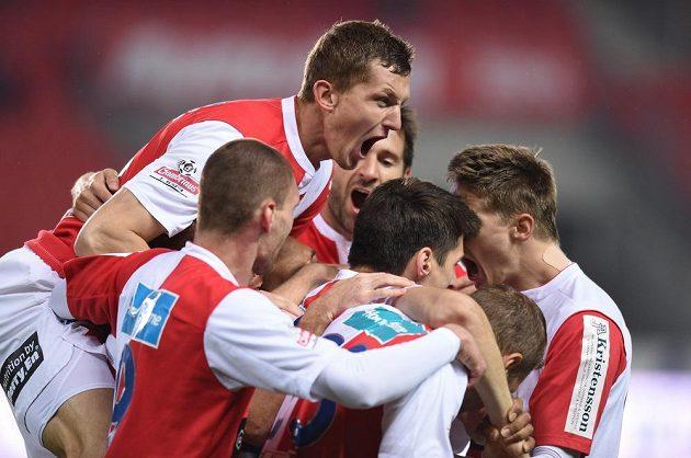 Fotbalisté Slavie Praha (Tomáš Necid) oslavují první gól během utkání 27. kola Gambrinus ligy proti Příbrami.