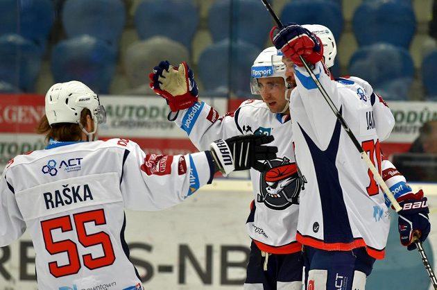 Chomutovští hokejisté Adam Raška, Brett Flemming a Bohumil Jank se radují z gólu.