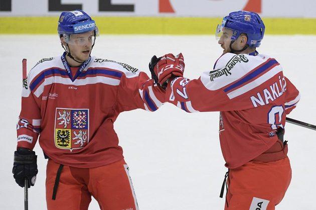 Český hokejista Andrej Nestrašil (vlevo) gratuluje Jakubu Nakládalovi ke gólu proti Švédům na turnaji Karjala.