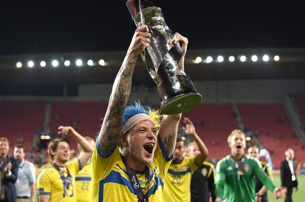 Švédský útočník John Guidetti drží nad hlavou pohár pro evropské šampióny.