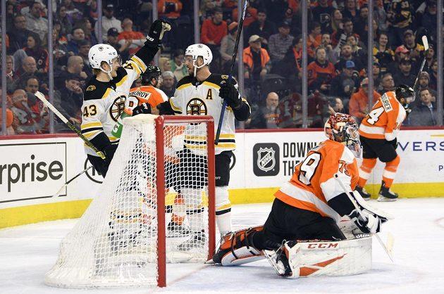 Útočník Bostonu Bruins David Krejčí (vlevo) slaví poté, co se v NHL trefil do sítě Philadelphie.