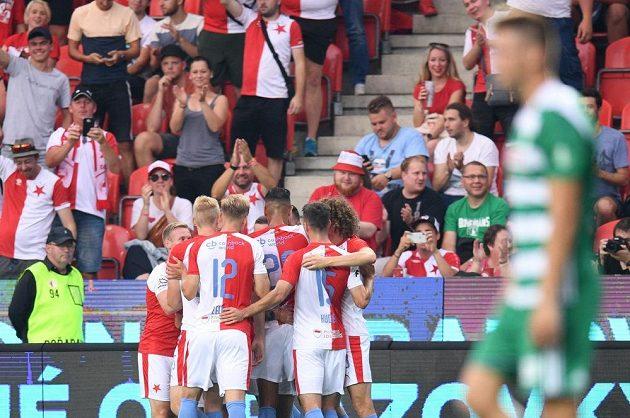 Fotbalisté Slavie se radují z gólu Josefa Hušbauera proti Bohemians.