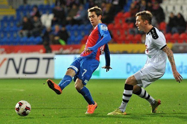 Plzeňský záložník Tomáš Hořava a Petr Mareš z Hradce Králové během odvety osmifinále Poháru FAČR.