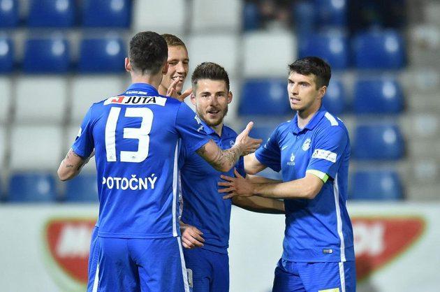 Liberečtí fotbalisté se radují z gólu ve čtvrtfinále poháru.
