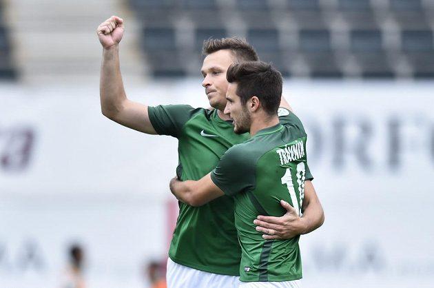 Jablonečtí fotbalisté (zleva) Stanislav Tecl a Michal Trávník se radují z branky proti Jihlavě.