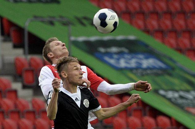 Milan Škoda ze Slavie (vzadu) a Pavel Novák z Dynama ve vzdušném souboji v utkání 26. kola Synot ligy.