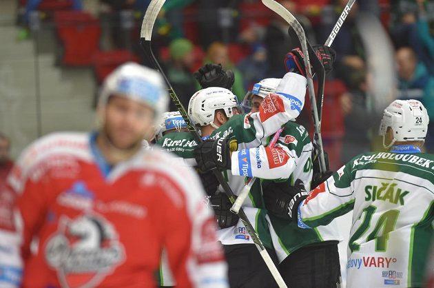Hokejisté Karlových Varů se radují z branky proti Pardubicím.