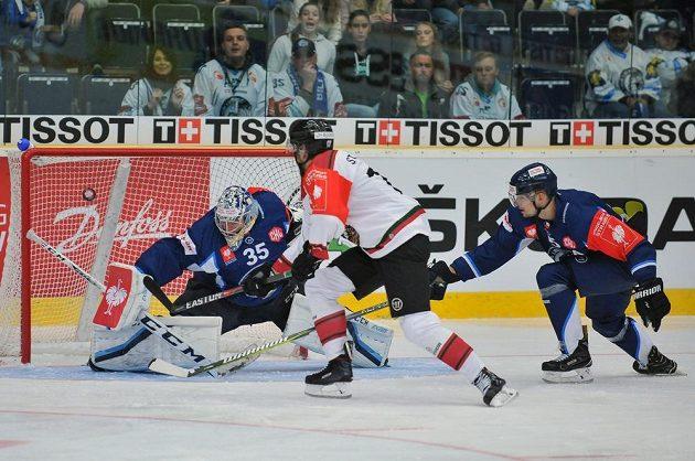 Útočník Frölundy Sebastian Stalberg překonává Romana Willa v brance Liberce v osmifinále Ligy mistrů. Vpravo obránce Ladislav Šmíd zasahuje, ale bylo již pozdě.