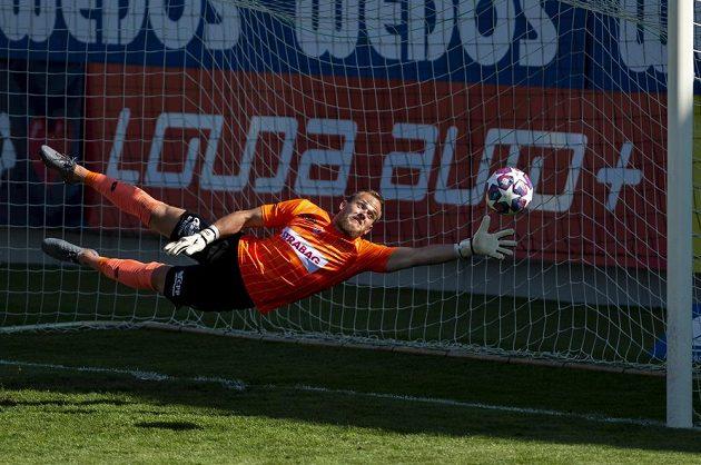 Brankář Pardubic Štěpán Hrnčíř dostává druhý gól Budějoivc.