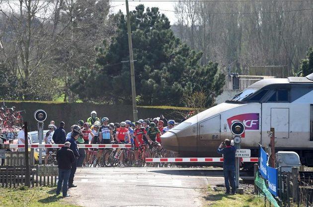 Jen několik sekund dělilo poslední riskující cyklisty od chvíle, kdy přes přejezd projel TGV.