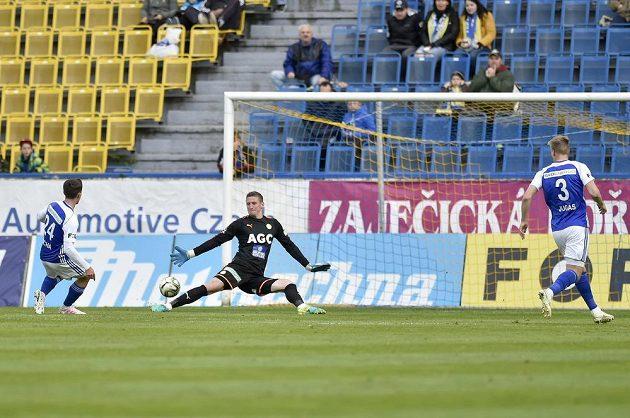 Zleva Pavel Bucha z Boleslavi, který střílí gól, brankář Teplic Tomáš Grigar a Jakub Jugas z Boleslavi.