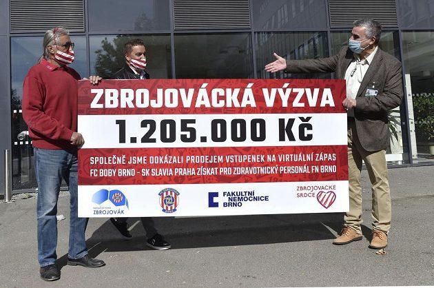 Předseda představenstva Zbrojovky Brno Václav Bartoněk (vlevo) a bývalý fotbalista Petr Švancara (uprostřed) předali řediteli Fakultní nemocnice Brno Jaroslavu Štěrbovi (vpravo) na boj s pandemií šek na více než milion korun.