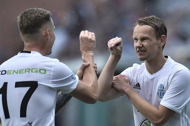 Jan Chramosta (vpravo) a Petr Mareš se radují z úvodního gólu utkání se Shamrockem.