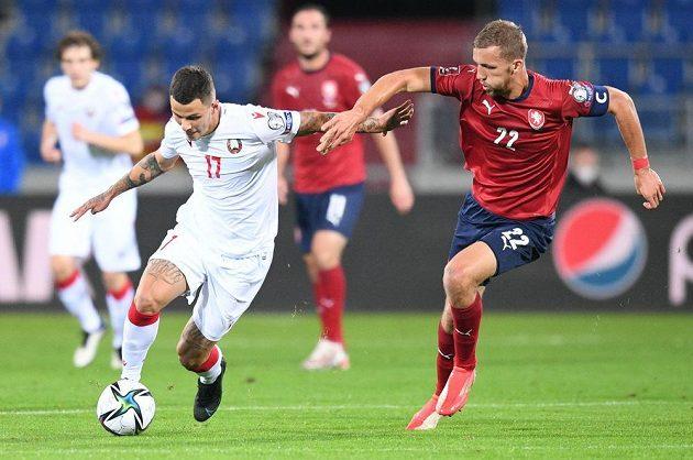 Český fotbalový reprezentant Tomáš Souček bojuje o míč v utkání kvalifikace MS proti Bělorusku.