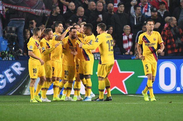 Fotbalisté Barcelony se radují z úvodního gólu proti Slavii v Lize mistrů.