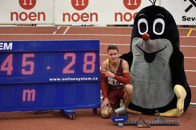 Běžec Pavel Maslák při halovém MČR ve Stromovce zaběhl na čtyřstovce letošní světové maximum 45,27 s. Z původního času na světelném panelu totiž nakonec rozhodčí ještě setinu ubrali.